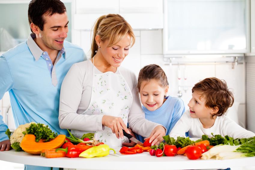 beraber yemek yapan aile