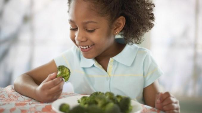 brokoli yiyen cocuk