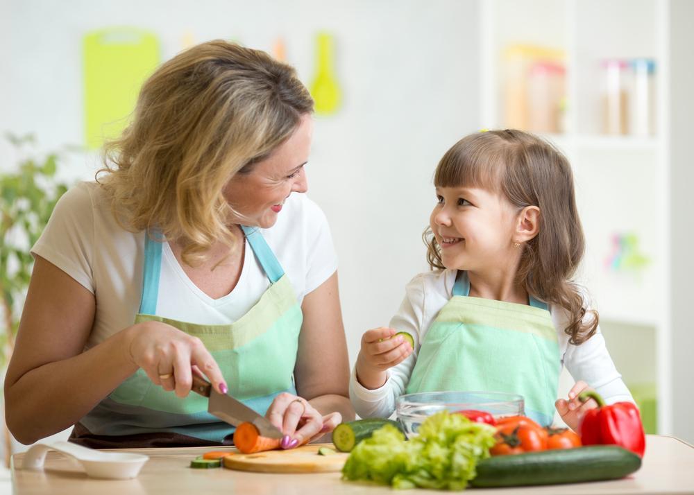 annesi ile yemek yapan cocuk
